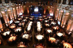Rencontres de l'U2P 2017 – Les convives attablés pour le dîner dans la nef du Palais Brongniart Crédit Photo Cocktail Santé