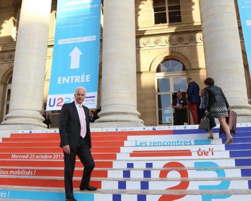 Rencontres de l'U2P 2017 – Alain Griset sur les marches du Palais Brongniart aux couleurs de l'U2P. Crédit Photo Cocktail Santé